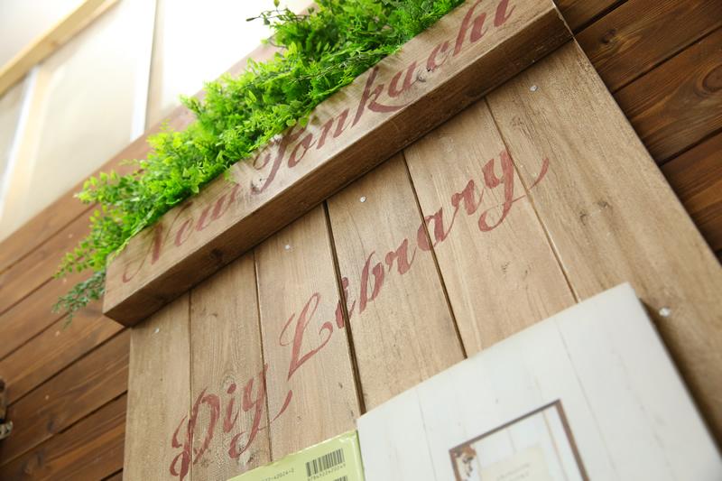 壁付けのディスプレイ棚でインテリアを一新!グリーンや雑誌を飾って、カフェのような空間に!